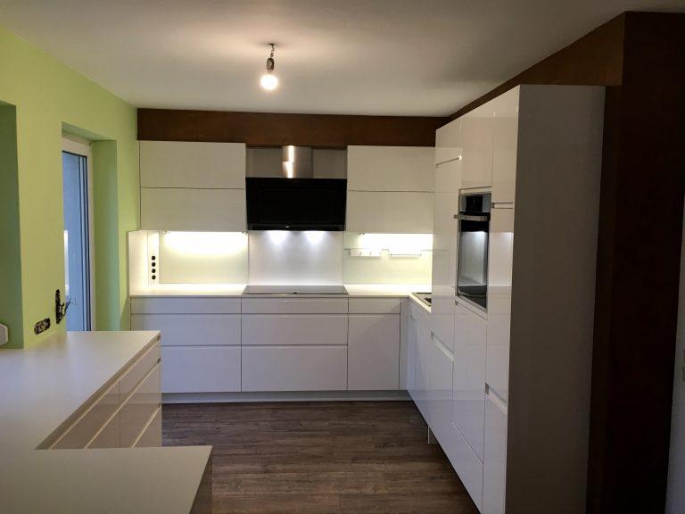 Schlichtes Weiss in farbiger Umgebung  (Klagenfurt)
