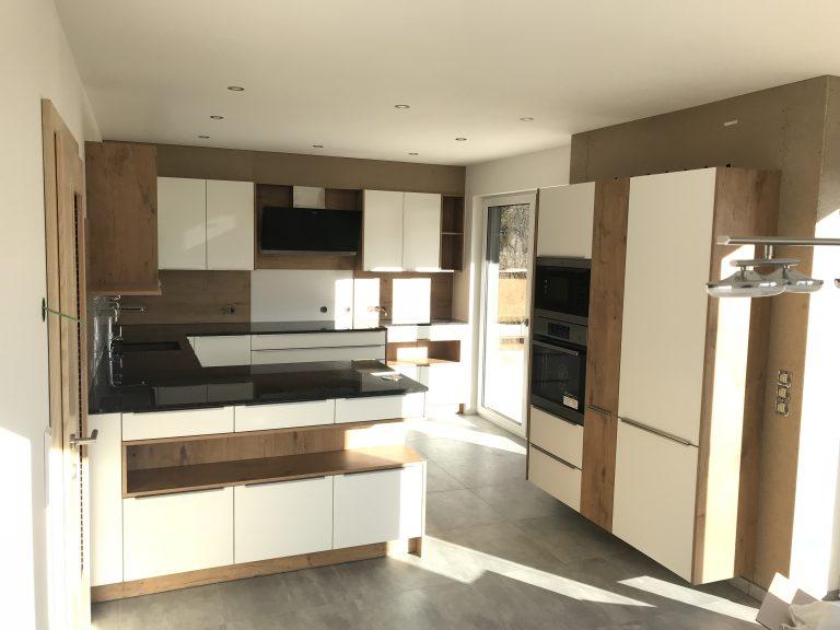 Sonnenschein begleitet die neue Küche (Liebenfels)